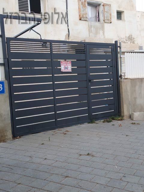 מסגר בחולון ביצוע שער כניסה לרכב כולל דלת כניסה. צילום: ערן