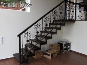 מעקה מעוצב למדרגות בבית שתי קומות בהרצליה