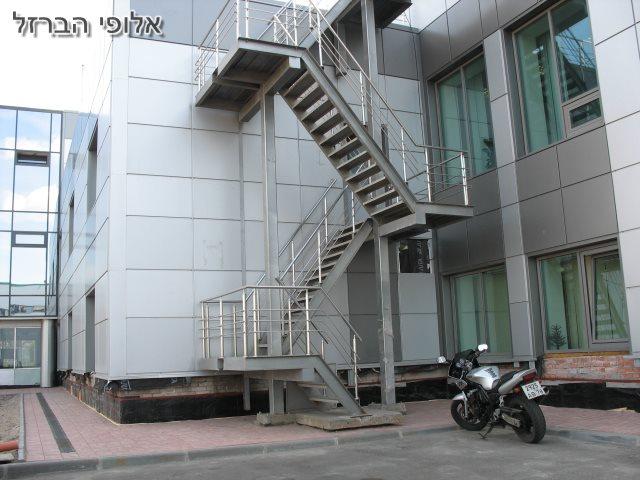 מסגר בהרצליה מדרגות יציאת חירות חיצוניות בפרויקט בהרצליה