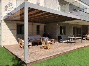 פרגולה עם עמוד אחד מעל דק מחומר אלומיניום עם הצללה בסגנון כפרי. צילום: בית ועץ