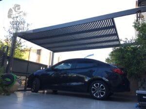 פרגולת אלומיניום עם הצללה לחניה לרכב. צילום: בית ועץ