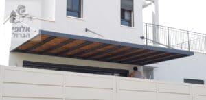 פרגולת אלומיניום עם הצללה צפופה בסגנון עץ. צילום: בית ועץ