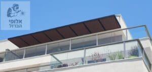 פרגולה מאלומיניום בסגנון עץ במרפסת בקומה אחרונה. צילום: בית ועץ